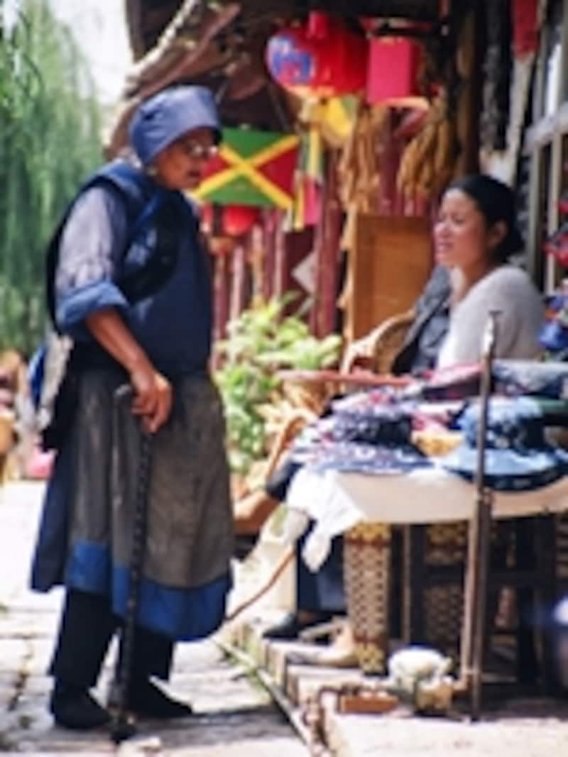 伝統の民族衣装に身を包んだナシ族のおばあさん©牧哲雄