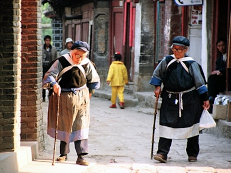 青い民族衣装がナシ族の特徴。ただ、若者は観光目的以外ではあまり民族衣装を着ていない©牧哲雄