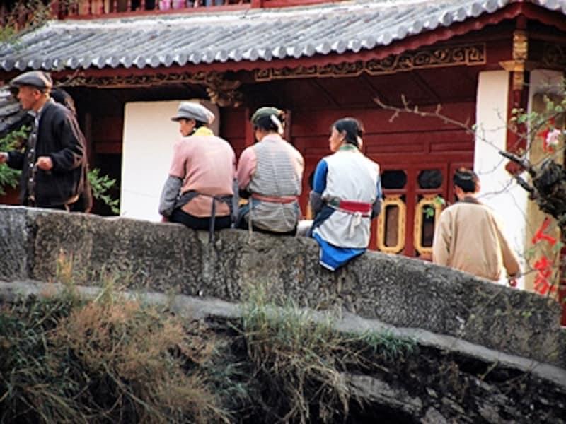 橋の上でくつろぐ人々。麗江はとてものどか©牧哲雄