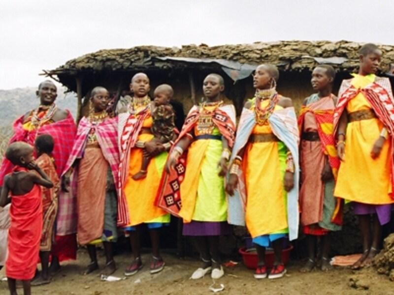 マサイの人々。セレンゲティと隣接するケニアのマサイマラ国立公園にて。マサイの人々は国境を自由に行き来する