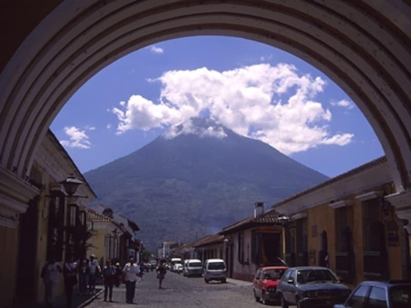エル・アルコからアグア火山を眺める。富士山のような美しい三角形で、標高も3,766mと、富士山とほぼ同じ(富士山は3,776m)。登山も可能©牧哲雄