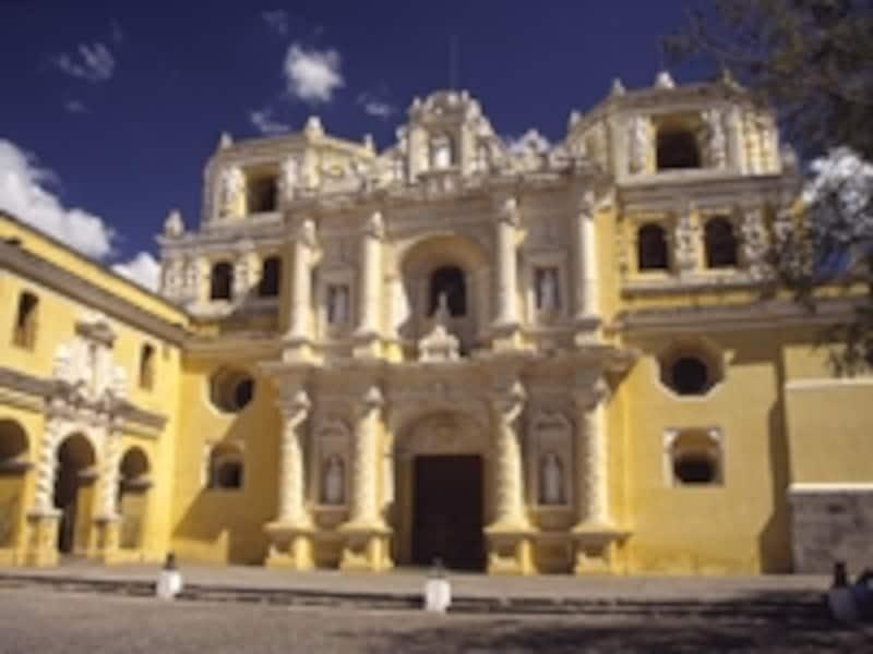 ラ・メルセー教会。キリストやマリアの像が数多く祀られている©牧哲雄
