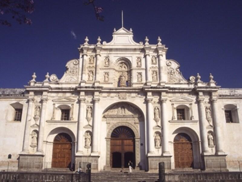 アンティグアの守護聖人サンティアゴを祀るバロック式のカテドラル。カテドラル内は地震によって多くが倒壊したままで、現在も修復中©牧哲雄