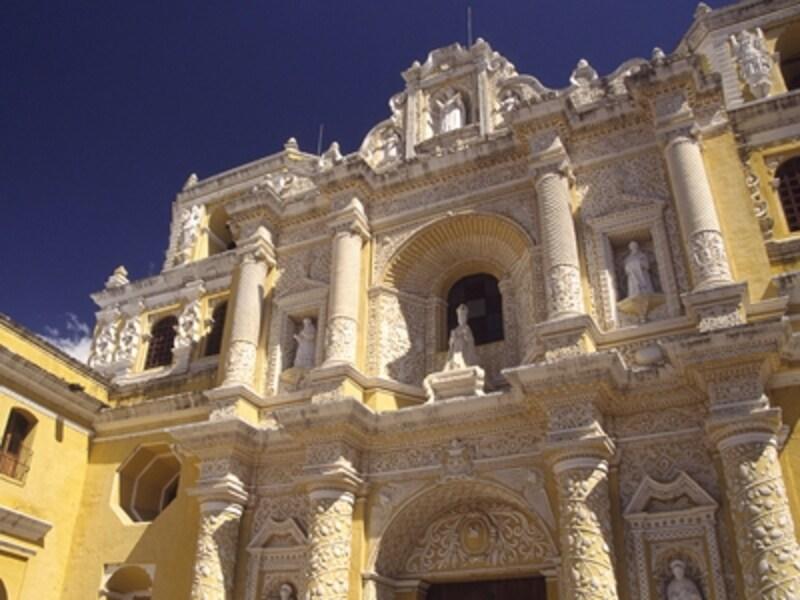 精緻な漆喰装飾が美しいラ・メルセー教会。キリストやマリアの像が数多く祀られている。一部倒壊しているがかなり状態はいい©牧哲雄