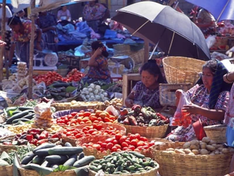 メルカドの野菜コーナー。屋根つきの建物の外にはこのような露天が広がっている©牧哲雄