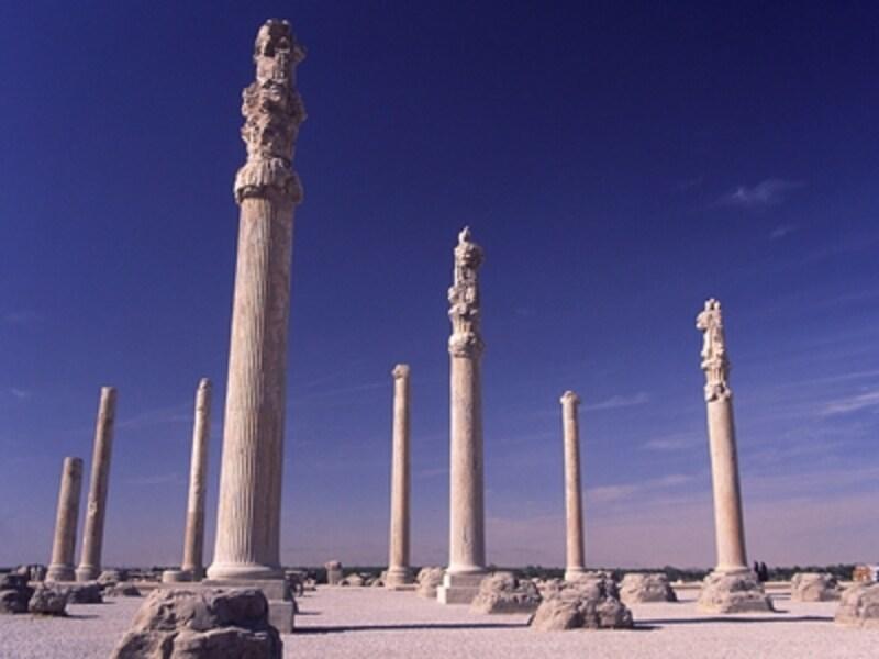 アパダナの列柱。もともと72本が立っていたが、現在立っているのは12本©牧哲雄