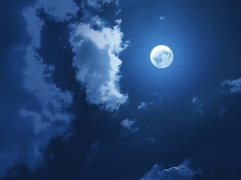 夜空に輝くブルームーン