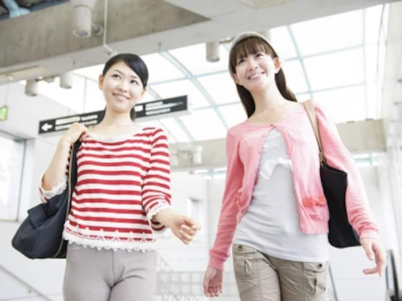 旅行を楽しむ20代の女性たち