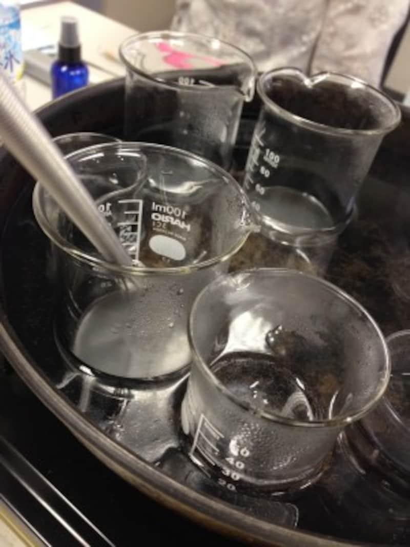 湯煎にかけるとシアバターは固形から溶けて液状になります