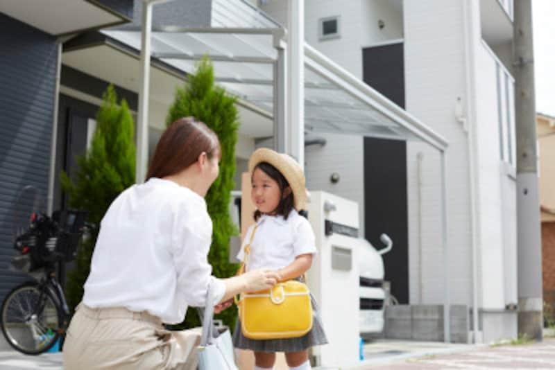 親の過保護、過管理、過干渉は、子供の自己否定間や問題行動のリスクを高める