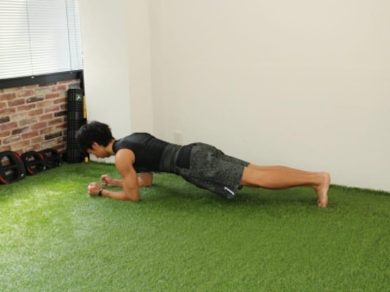 体幹トレーニングで腹筋を鍛えるお腹をへこます筋トレプランク:頭から踵までを一直線に