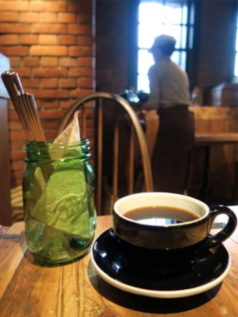 コーヒーは小川珈琲の豆が使われており、1杯ごとにていねいにドリップされます。アップルパイの甘さにマッチする深い味わい(2015年4月24日撮影)