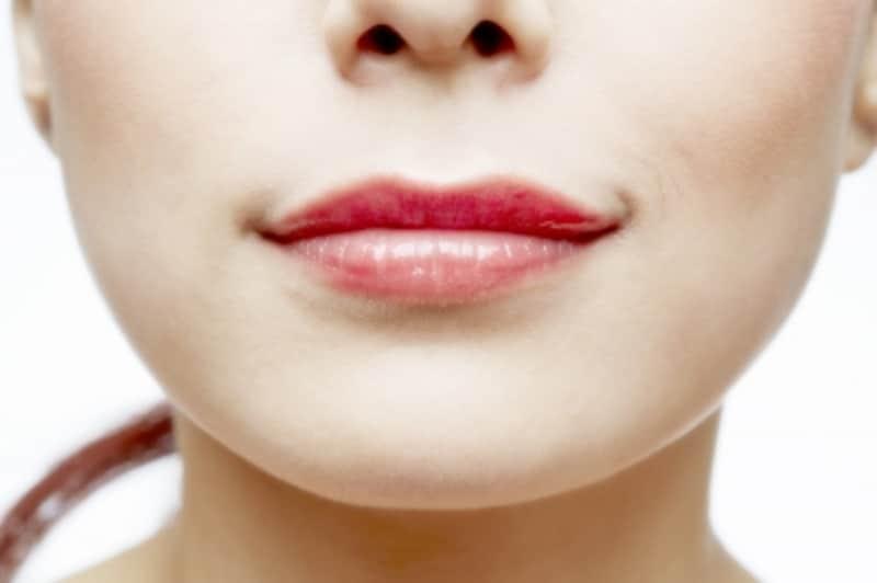 下がった口角の女性は老けて見える