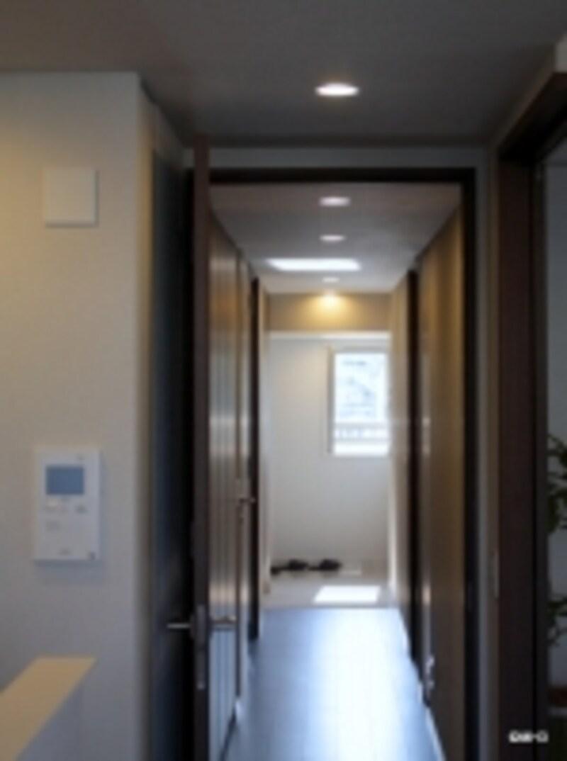 廊下と玄関窓