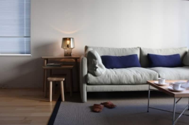 ラグのサイズの選び方。ソファの端から少しラグが出るくらいの大きさが、インテリアを綺麗にまとめるポイント