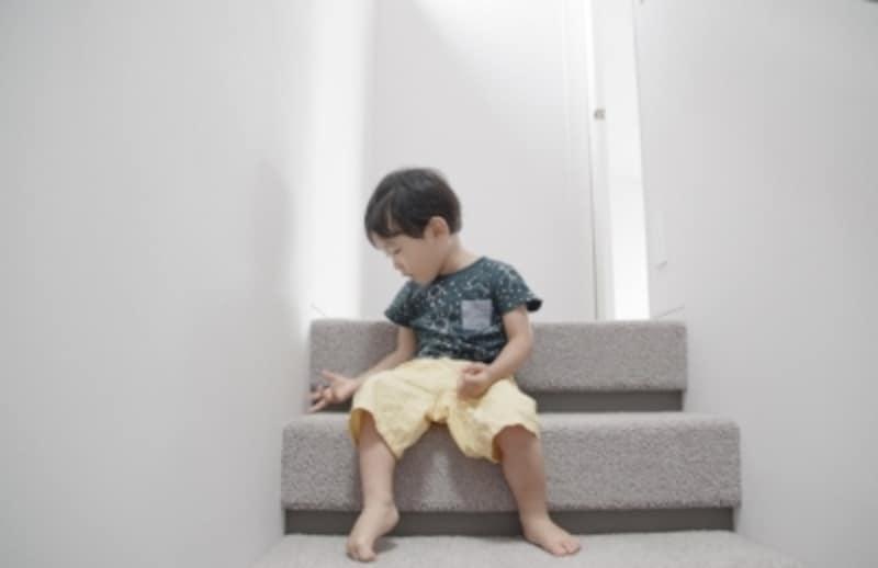 ラグを敷き込んだ階段で、子どもたちが遊ぶことも