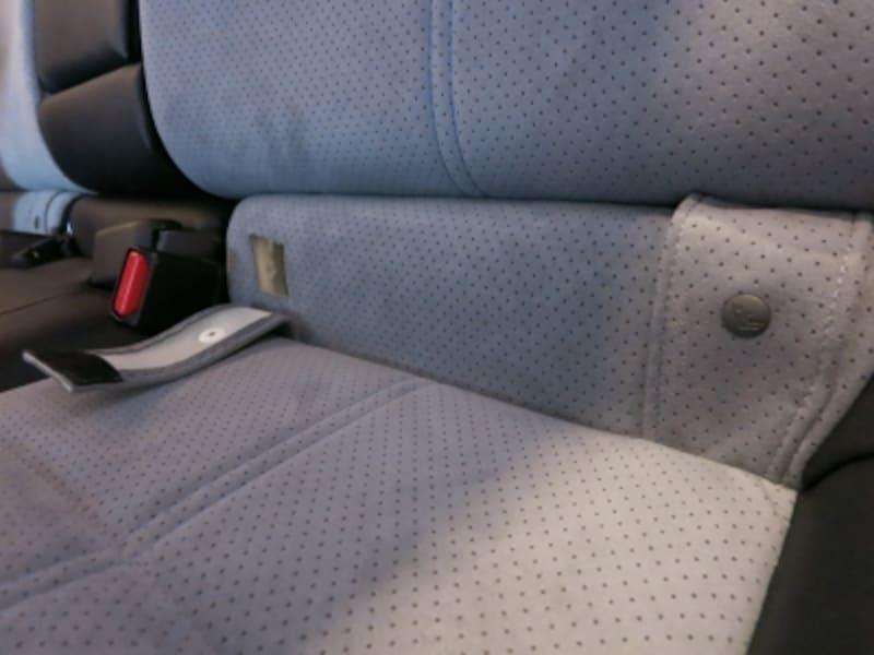 インプレッサスポーツハイブリッドの後部座席。ISOFIXのチャイルドシート固定バーを上手に隠している