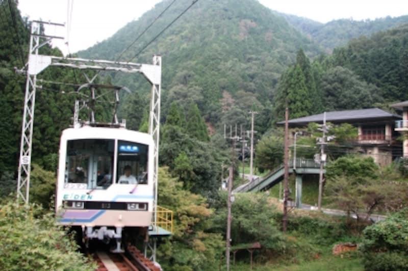 山と山の間に分け入るように進む叡山電車の車両