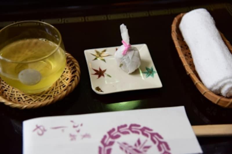 とち餅と冷茶のウェルカムドリンク