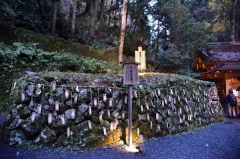 貴船神社の奥宮本殿の横には、玉依姫の伝説にまつわる「船形石」がある