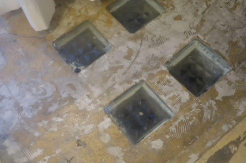 ふと床を見ると地下室への明かり取りが。これは建物に以前からあったもの。ガラスの質感がきれい。