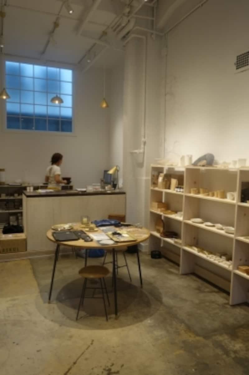 店内の様子。設計はatelieretsukoの山田悦子さん、家具は木工家の橋本裕さん。