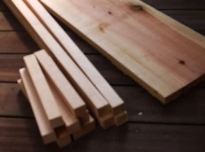 左が赤松材、右が杉板