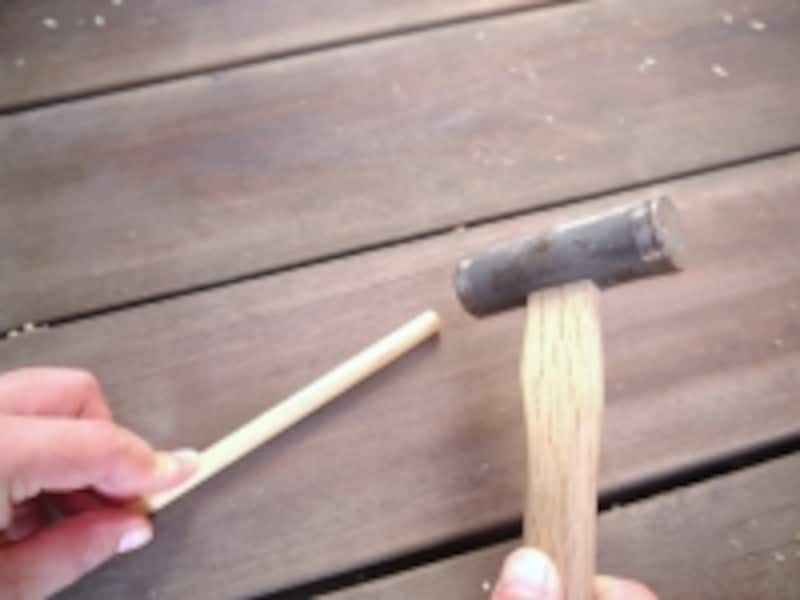 強く叩くと丸棒が割れてしまいます