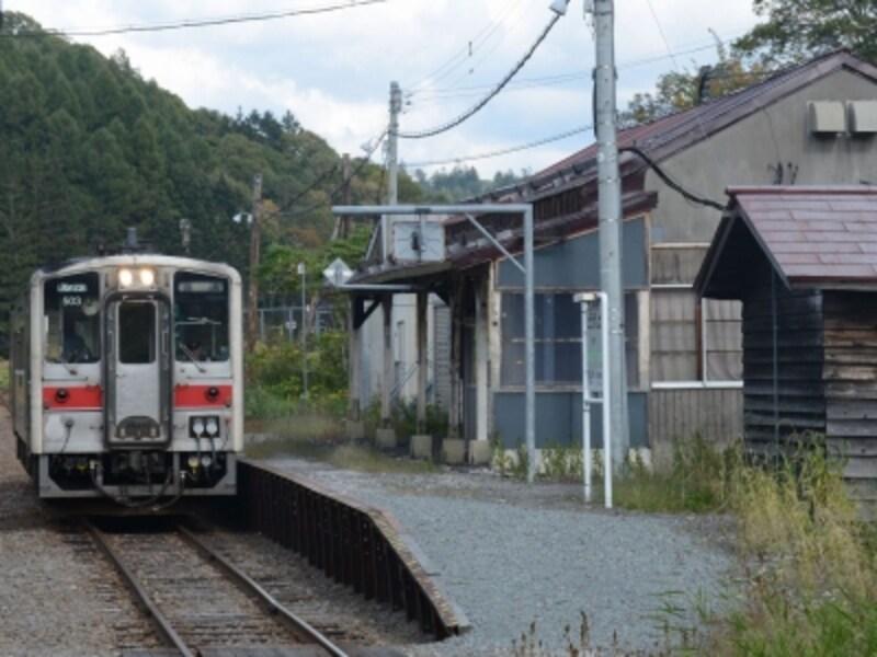 峠下駅に停車中の列車