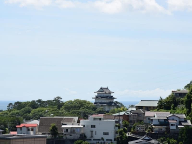 海と丘陵に囲まれた小田原城