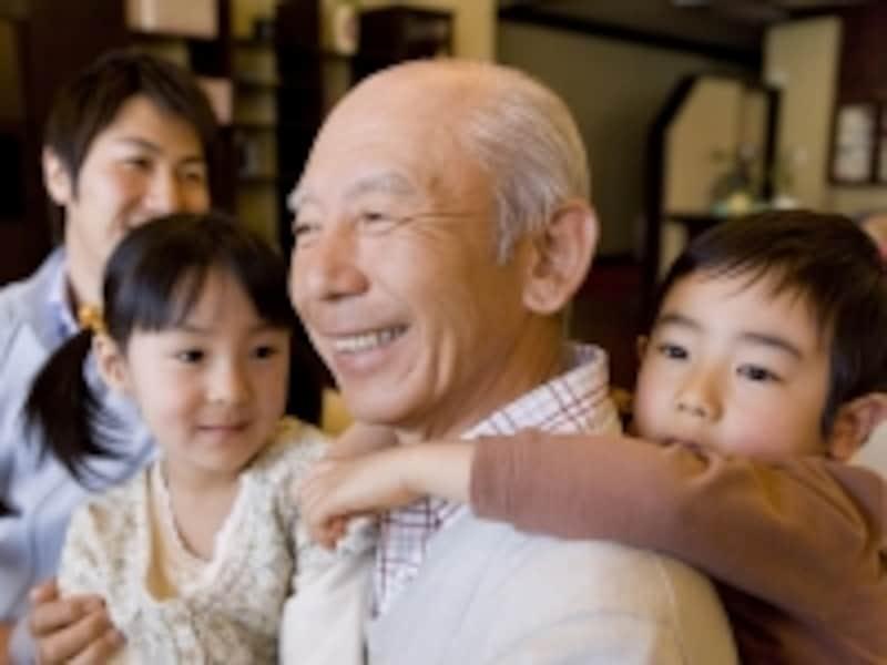 おじいちゃんに抱きつく孫たち