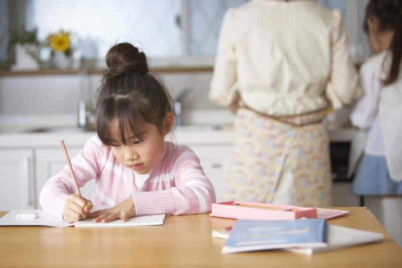 小学生の宿題につきっきりはNG。呼ばれたら手伝う程度で