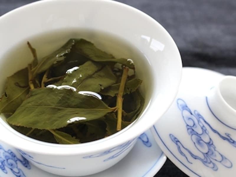 丸まっている茶葉は開くともとの葉っぱに戻ります。