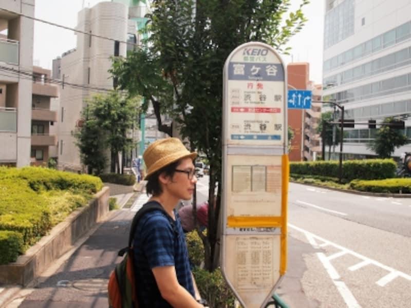 おもに京王バスが止まるが、都バスもくる