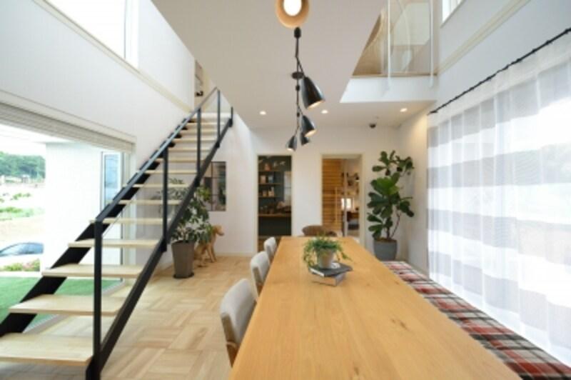 ダイニング内にあるストリップ階段の手すりや照明には、木の素材感を引き立てるアイアン素材を用いています