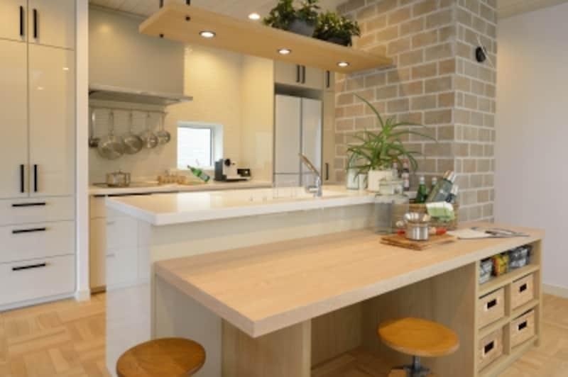 料理中でも開放感があり、大勢で料理や片づけがしやすい、オープンスタイルのキッチン