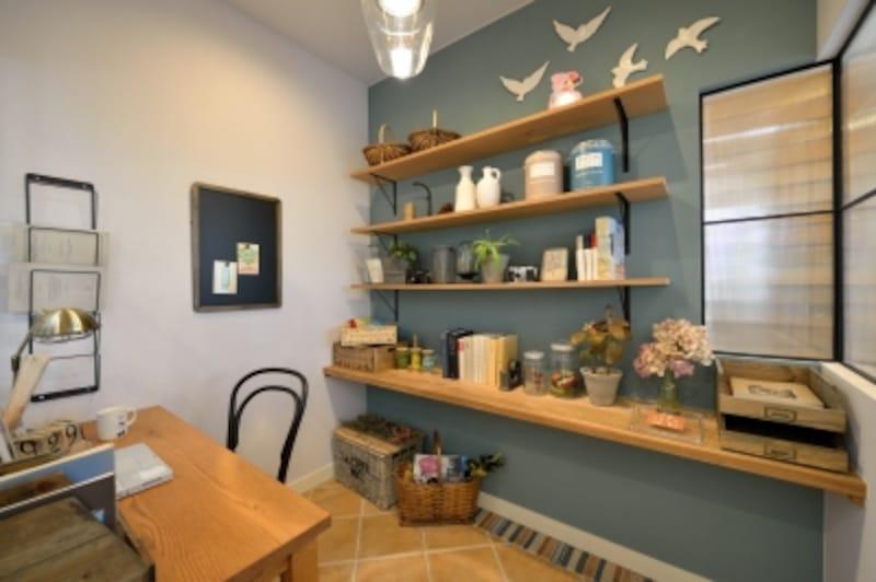 プチ・リュクスの室内は吹付仕上げの壁、木の棚板、タイルの床材を採用。内部窓枠は鉄、間仕切り壁の外側は石積調タイルと、多彩な素材でコーディネートされています