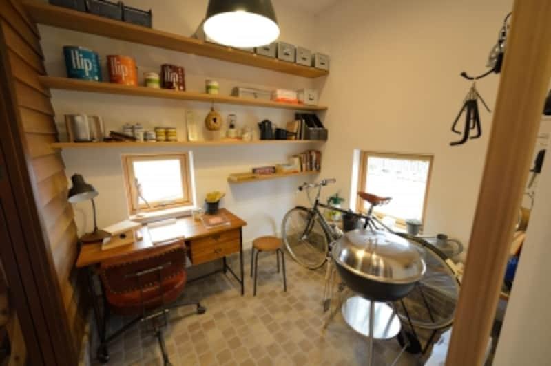 プチガレージは、玄関と同じ石畳タイルの仕上げ。自転車やアウトドアグッズなども収納できるスペースです