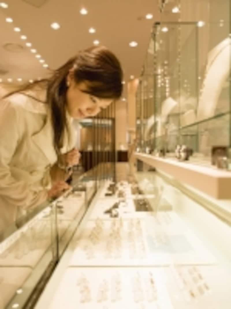 宝石店で指輪を探す女性