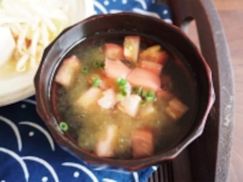 トマトととろろ昆布の即席和風スープ