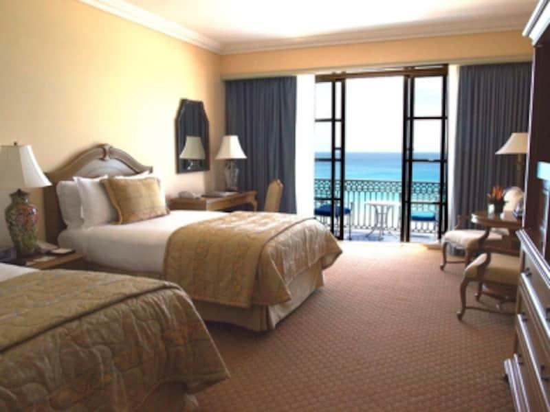 シックな客室内からは、まばゆいばかりに美しいカリブ海が見える