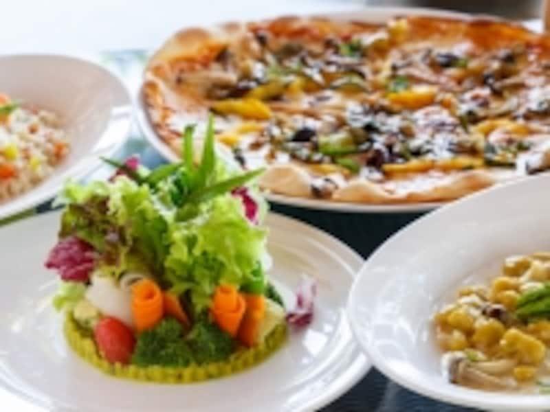 サムイガーデングリーンサラダ、ベジタリアンピザ、かぼちゃとポテトのニョッキ