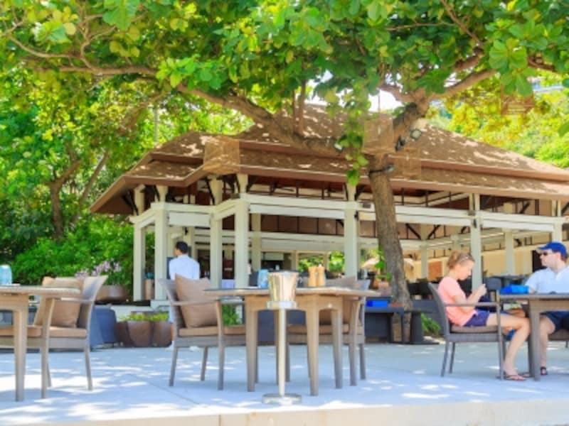 白い砂浜とグリーンに囲まれたビーチレストラン「Sands」は、ゲスト達の憩いの場