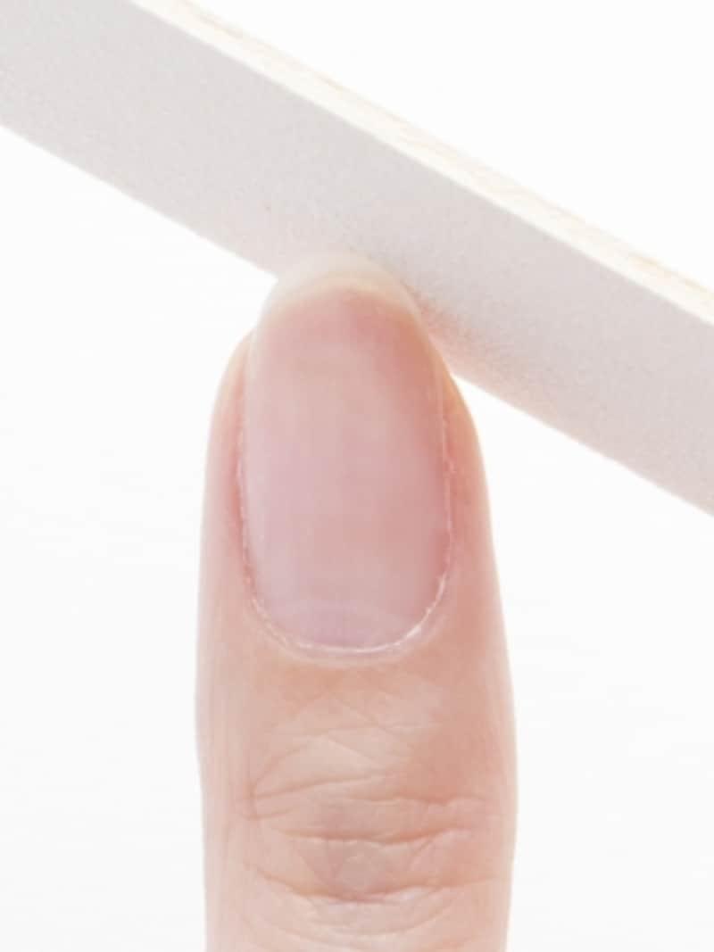 ネイルファイルで爪の形を整える