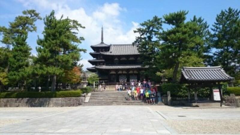 厩戸王が建てた法隆寺です。左側の五重塔の中央にある心柱は東京スカイツリーにも採用されている建築工法です。右側の金堂には釈迦三尊像が納められ、世界最古の木造建築と言われます。(撮影:宮本毅)