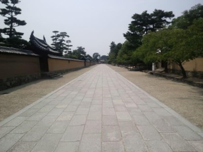 法隆寺の西大門と東大門を結ぶ道です。土塀に囲まれて、現代建築物が一切ないこの道は、飛鳥時代にタイムスリップしたようで本当に素晴らしいです。(撮影:宮本毅)