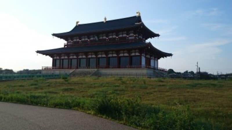 平城宮跡の一番奥にある大極殿です。現代の債券ですが、奈良時代をほうふつとさせるとても雄大な建物です。(撮影:宮本毅)