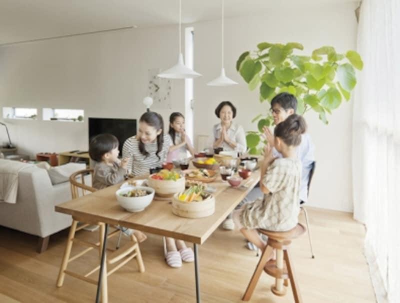 孫も含めた子世帯との団らんはにぎやかで楽しいもの。それぞれの世帯の暮らしを実現しながら、深いコミュニケーションがとれるのは二世帯住宅のメリットではないでしょうか