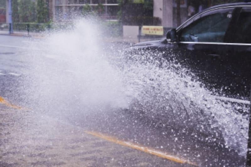 台風や水害は車両保険で対象になる?