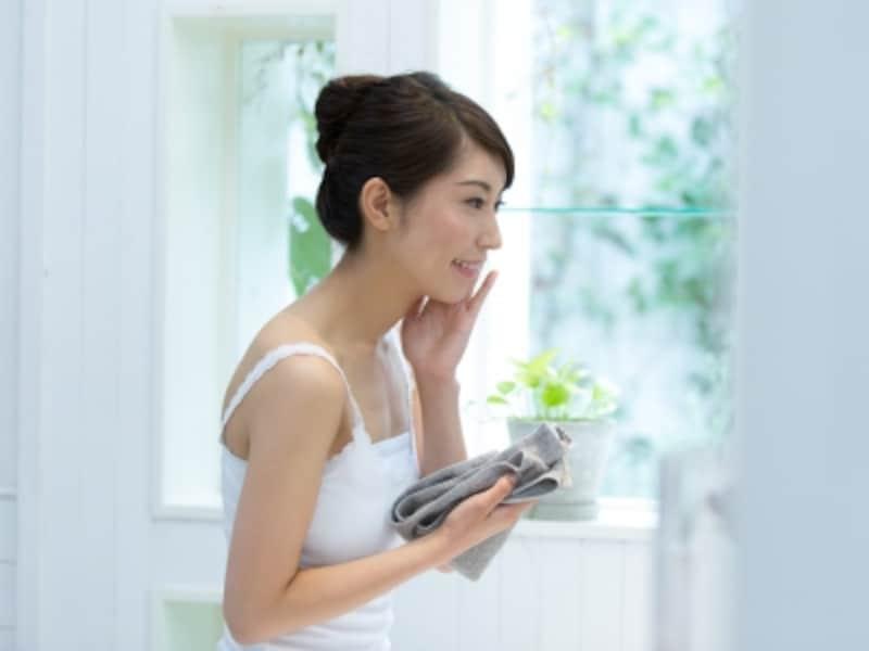 手で洗うのと電動洗顔ブラシを使うのではどちらがキレイになる?
